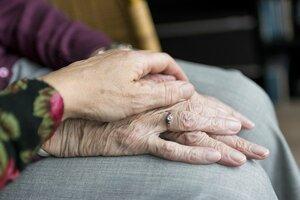 Hands Old Old Age Elderly  - sabinevanerp / Pixabay